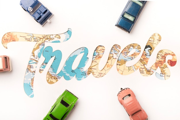 Bovenaanzicht reizen concept met speelgoedauto's