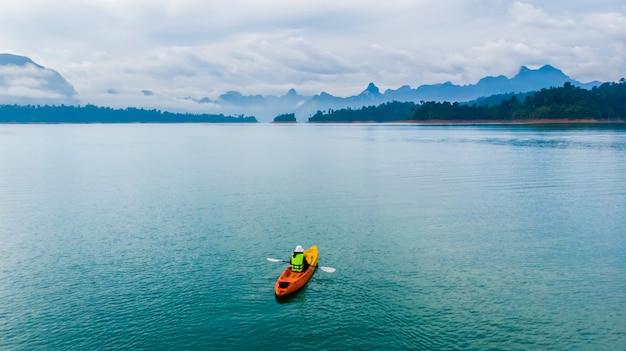 Bovenaanzicht reizen kajakken en kanoën met geliefde. uitzicht op bergen