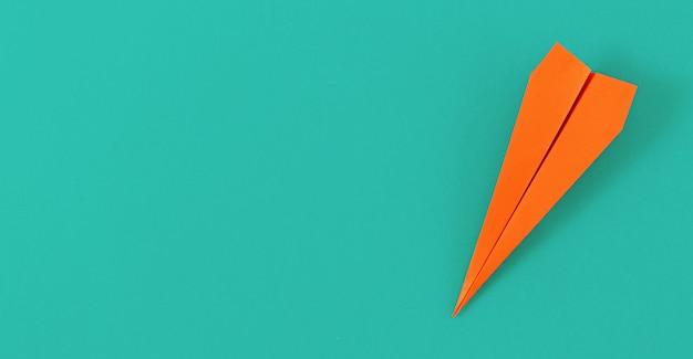 Bovenaanzicht reizen plat lag kleurrijke papieren vliegtuigje