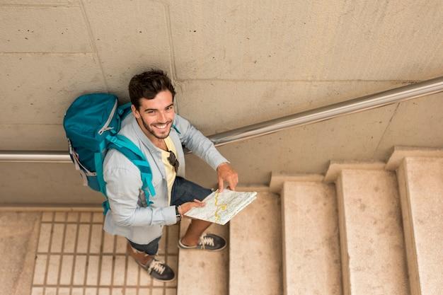 Bovenaanzicht reiziger op trappen