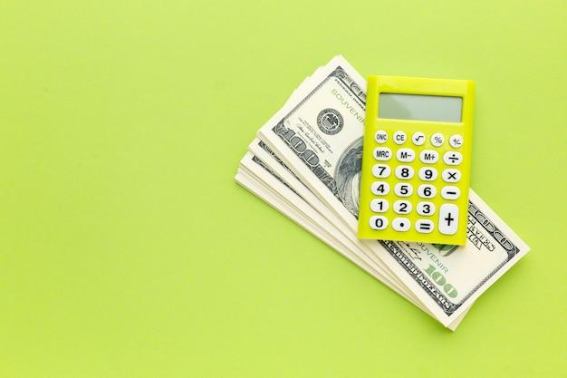 Bovenaanzicht rekenmachine en geldframe
