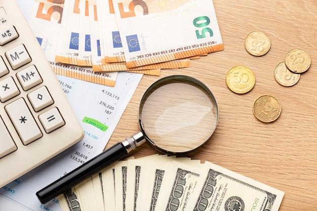 Bovenaanzicht rekenmachine en geldregeling