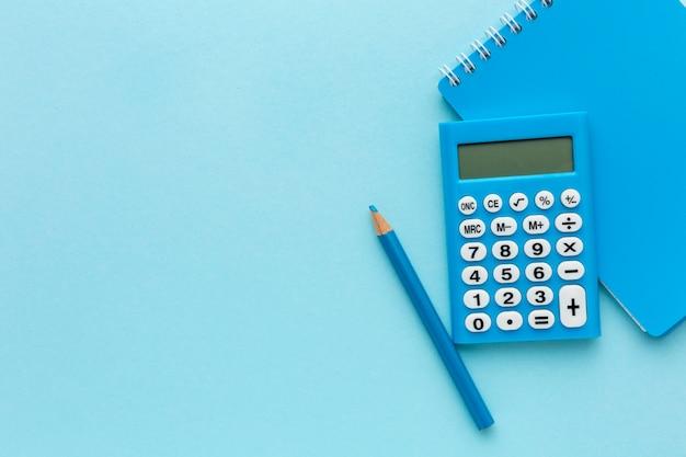 Bovenaanzicht rekenmachine en notebookframe