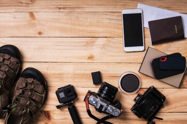 Bovenaanzicht retro camera films, smartphone, kaart, paspoort