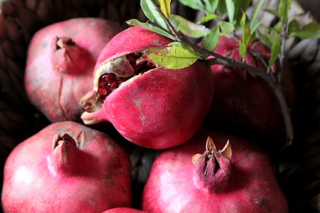 Bovenaanzicht rijp granaatappels met een tak van een boom