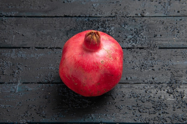 Bovenaanzicht rijpe granaatappel rijpe granaatappel op donkere ondergrond