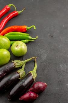 Bovenaanzicht rijpe verse groenten op grijze achtergrond