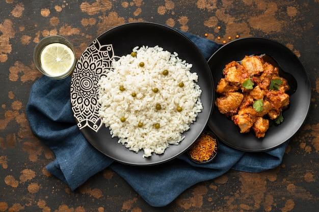 Bovenaanzicht rijst- en vleesgerechten