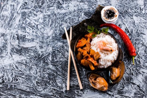 Bovenaanzicht rijst en zeevruchten schotel met kopie ruimte