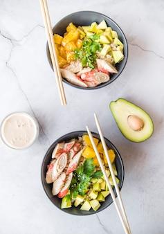 Bovenaanzicht rijst kommen met avocado
