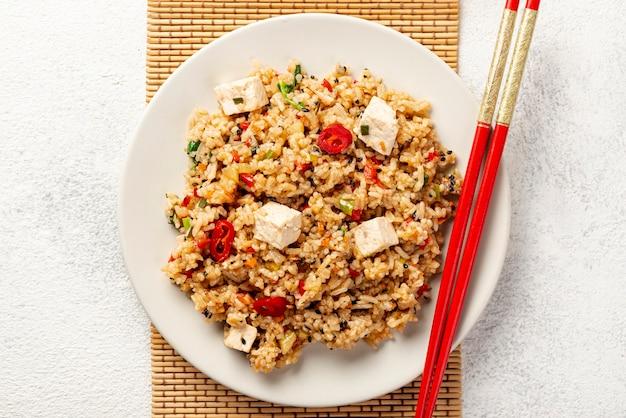 Bovenaanzicht rijst met groenten
