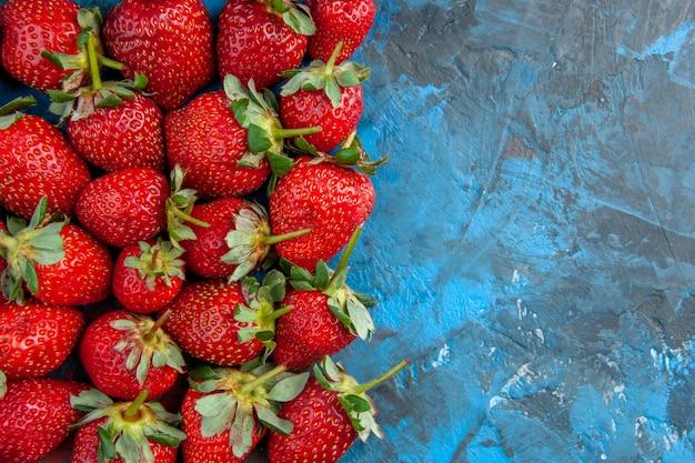 Bovenaanzicht rode aardbeien op blauwe achtergrond