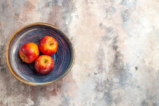 Bovenaanzicht rode appels in kom op naakt oppervlak kopie plaats