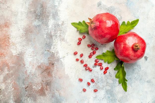 Bovenaanzicht rode granaatappels granaatappel zaden op naakt oppervlak met kopie ruimte