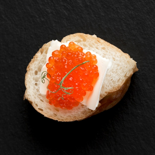 Bovenaanzicht rode kaviaar schotel