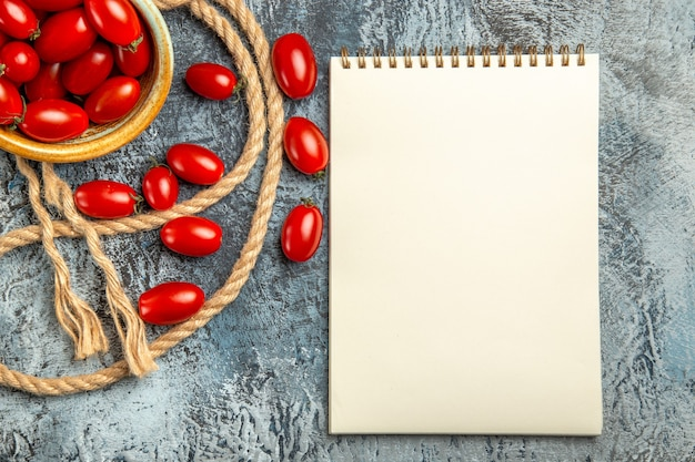 Bovenaanzicht rode kerstomaatjes met touwen