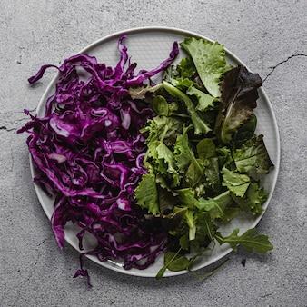 Bovenaanzicht rode kool en groene salade
