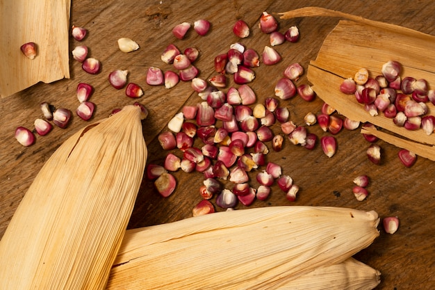 Bovenaanzicht rode maïskorrels op tafel