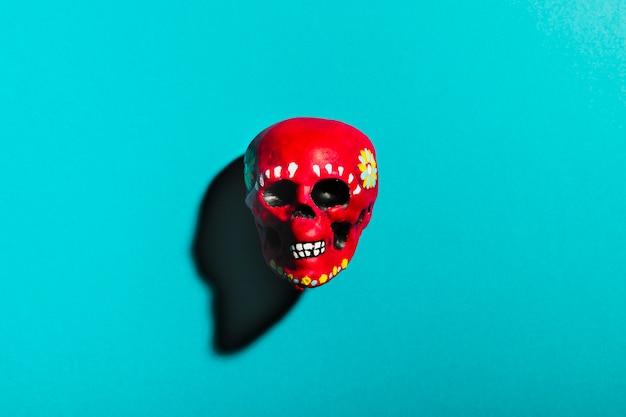 Bovenaanzicht rode schedel op blauwe achtergrond