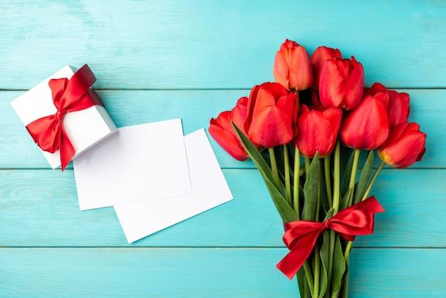Bovenaanzicht rode tulpen boeket met lint