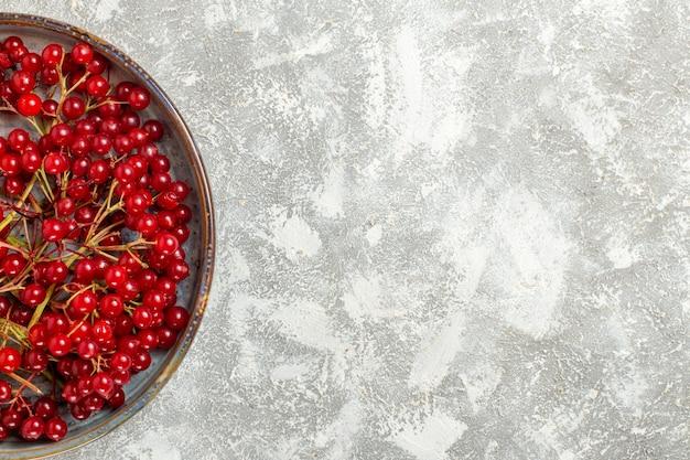 Bovenaanzicht rode veenbessen zachte vruchten op witte achtergrond