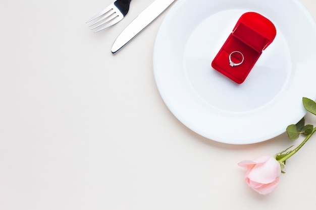 Bovenaanzicht romantisch arrangement met ringdoos