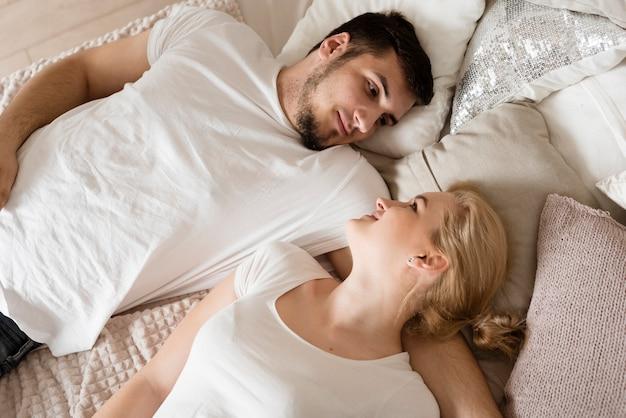 Bovenaanzicht romantisch jong koppel op zoek naar elkaar