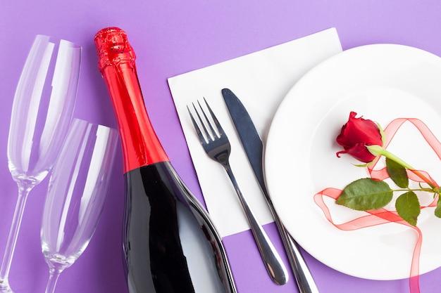 Bovenaanzicht romantische arrangement op paarse achtergrond