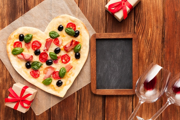 Bovenaanzicht romantische tabel instelling met schoolbord