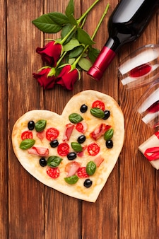 Bovenaanzicht romantische tafel instelling met wijn