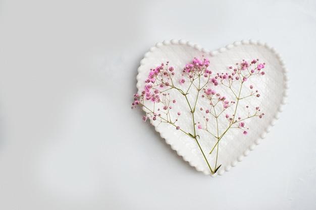 Bovenaanzicht romantische tafelsetting voor valentijnsdag.