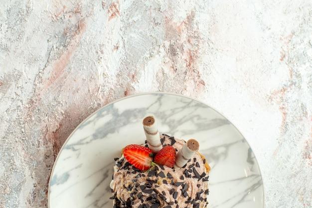 Bovenaanzicht romige heerlijke cake met aardbeien op het witte oppervlak cream tea biscuit verjaardagstaart sweet