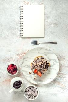 Bovenaanzicht romige heerlijke cake met aardbeien op wit oppervlak verjaardag cream tea cake biscuit sweet