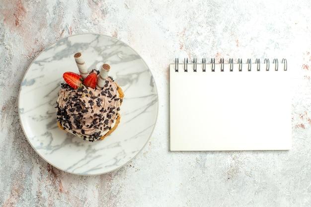Bovenaanzicht romige heerlijke cake met aardbeien op witte oppervlakte cream tea verjaardagstaart biscuit zoet