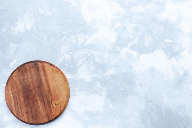 Bovenaanzicht rond bruin bureau gemaakt van hout op de lichte achtergrond hout houten lichte kleur voedsel