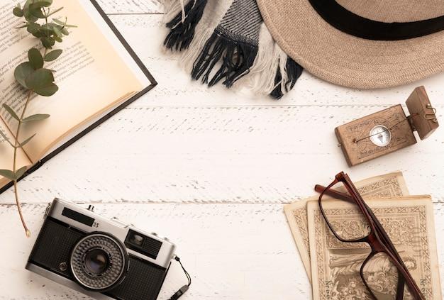 Bovenaanzicht rond frame met reisartikelen