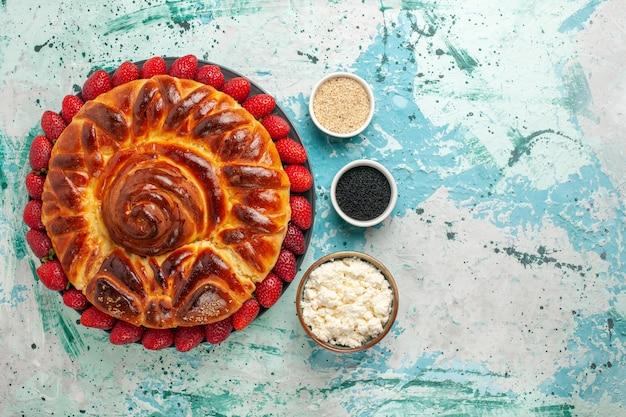 Bovenaanzicht ronde heerlijke taart gebakken en zoete cake op blauwe ondergrond