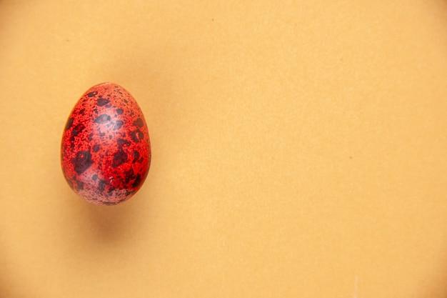 Bovenaanzicht rood geschilderd ei op geel oppervlak etnische sierlijke lente concept vakantie kleurrijke vrije ruimte