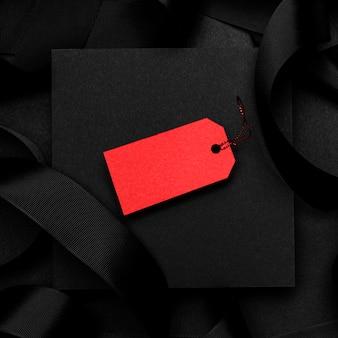 Bovenaanzicht rood prijskaartje op donkere achtergrond