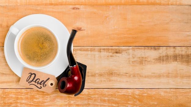 Bovenaanzicht rookpijp met koffie op tafel