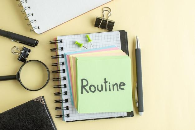Bovenaanzicht routine geschreven notitie samen met kleurrijke kleine aantekeningen op een lichte achtergrond kladblok baan pen school kantoor schrift zakelijk geld kleur werk
