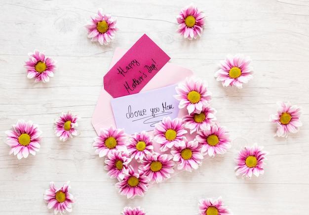 Bovenaanzicht roze bloemen op houten tafel