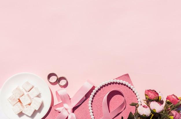 Bovenaanzicht roze bruiloft arrangement met kopie ruimte
