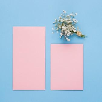 Bovenaanzicht roze bruiloft uitnodiging