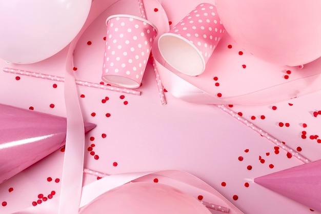 Bovenaanzicht roze decoraties op tafel