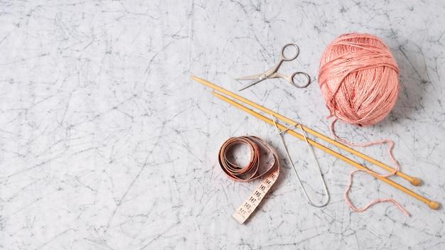 Bovenaanzicht roze draad en naalden