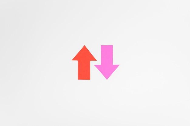 Bovenaanzicht roze en rode pijlen