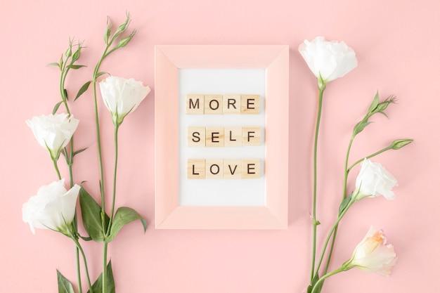 Bovenaanzicht roze frame en bloemen arrangement