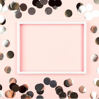 Bovenaanzicht roze frame met verjaardagsdecoratie