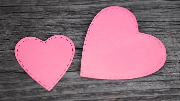 Bovenaanzicht roze harten op tafel